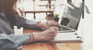 mujer escribiendo y tomando notas foto