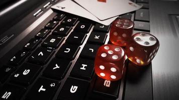 fichas de dinheiro, cartas de pôquer e dados vermelhos nas teclas do computador
