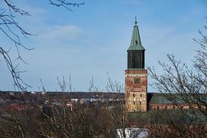 Catedral de Turku con un cielo azul de fondo foto