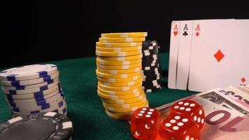 fichas de pôquer, cartas e dados vermelhos na mesa de pôquer