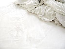sábanas blancas en una cama deshecha foto