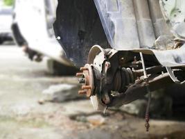 Cerca de la rueda de coche oxidada foto