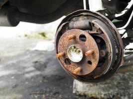 Ruedas de coche oxidadas cerrar foto