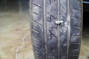 tornillo atascado en un neumático foto