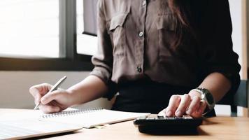 mujer revisando finanzas foto