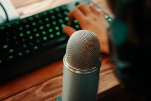 micrófono de estudio de podcast con teclado foto