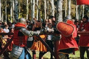 Batalla de caballeros con armadura justas en Bishkek, Kirguistán 2019
