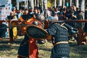 Batalla de caballeros con armadura con espadas en Bishkek, Kirguistán 2019