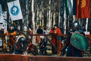 Batalla de caballeros con armadura con espadas en Bishkek, Kirguistán 2019 foto