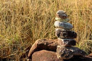 equilibrio de rocas en la hierba foto