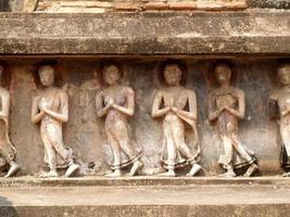 mueang kao, tailandia, 2021 - relieves en el parque histórico de sukhothai foto