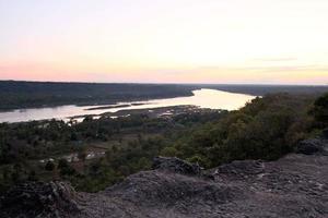 puesta de sol en un río foto