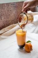 espresso se vierte en un batido foto