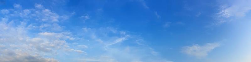 panorama del cielo con nubes en un día soleado. hermosa nube cirro. foto