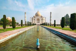 Vista frontal del Taj Mahal reflejada en la piscina de reflexión. foto