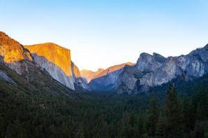 Parque Nacional del Valle de Yosemite durante la puesta de sol foto