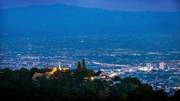 Vista aérea del templo de Wat Phra That Doi Suthep en la noche foto