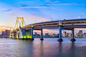 horizonte de tokio en la noche, japón foto