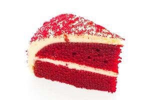 Pastel de terciopelo rojo aislado sobre fondo blanco.