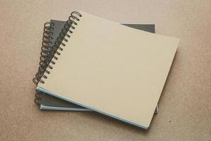 maqueta de cuaderno sobre fondo de madera foto