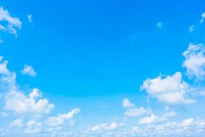 nube blanca en el cielo azul foto
