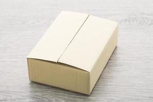 caja de papel sobre fondo de madera foto