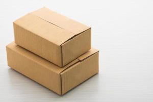 caja de papel sobre fondo de madera