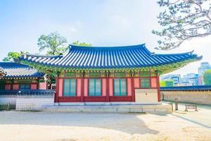 edificios en el palacio changdeokgung en la ciudad de seúl, corea del sur foto
