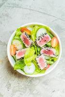 Ensalada de atún a la parrilla en un tazón blanco - comida sana