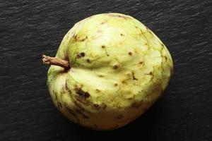 Toda la fruta de chirimoya sobre fondo de pizarra foto