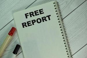 el libro sobre el informe gratuito aislado en la mesa de madera foto