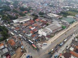 bekasi, indonesia 2021- atasco de tráfico en las calles contaminadas de bekasi con el mayor número de vehículos de motor y congestión del tráfico foto