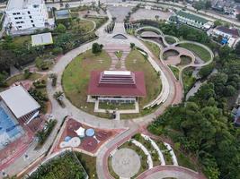 Depok, Indonesia 2021- Vista aérea del patio de recreo en un parque público rodeado de árboles verdes foto