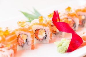 Punto de enfoque selectivo rollo de sushi de salmón foto
