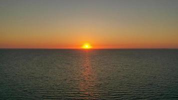 puesta de sol detrás de la línea del horizonte