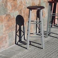 sillas metálicas en la calle foto