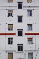 Ventanas en la fachada blanca de la casa. foto