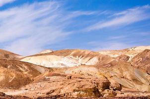 montañas rocosas en el desierto foto