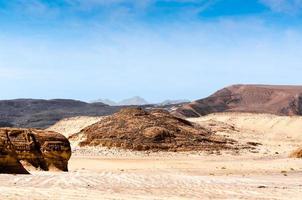 montañas rocosas marrones foto