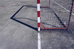 Sombra de gol de fútbol callejero en el campo foto