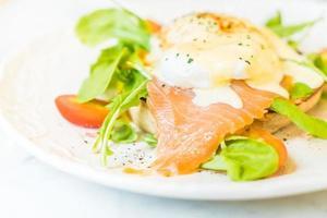 huevos escalfados con salmón y rúcula