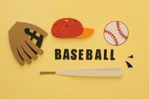 Recorte de papel de una vista superior de béisbol con gorra de guante de murciélago foto