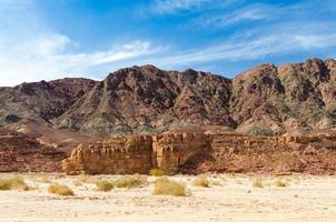 cielo azul sobre una montaña rocosa foto