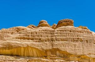 meseta rocosa con un cielo azul foto