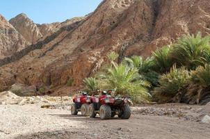 dos vehículos de cuatro ruedas en un cañón foto