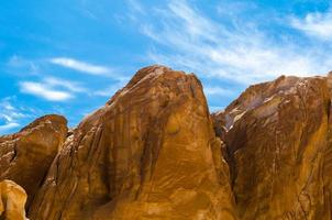 cimas de las montañas y cielo azul foto