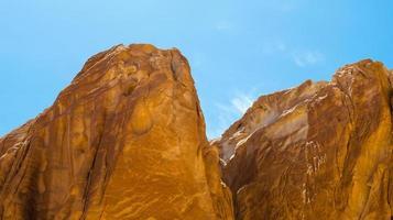 cimas de las montañas rocosas foto