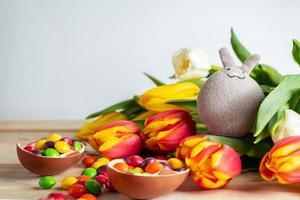 conejito de pascua y huevos de chocolate foto