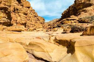 rocas y cielo en un cañón foto