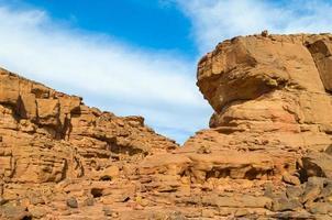 cielo azul sobre un cañón rocoso foto